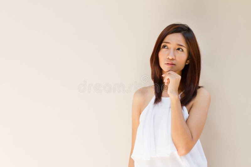 Myśląca kobieta, stawiać czoło oddolny na równiny brzmienia ciepłym tle obraz stock