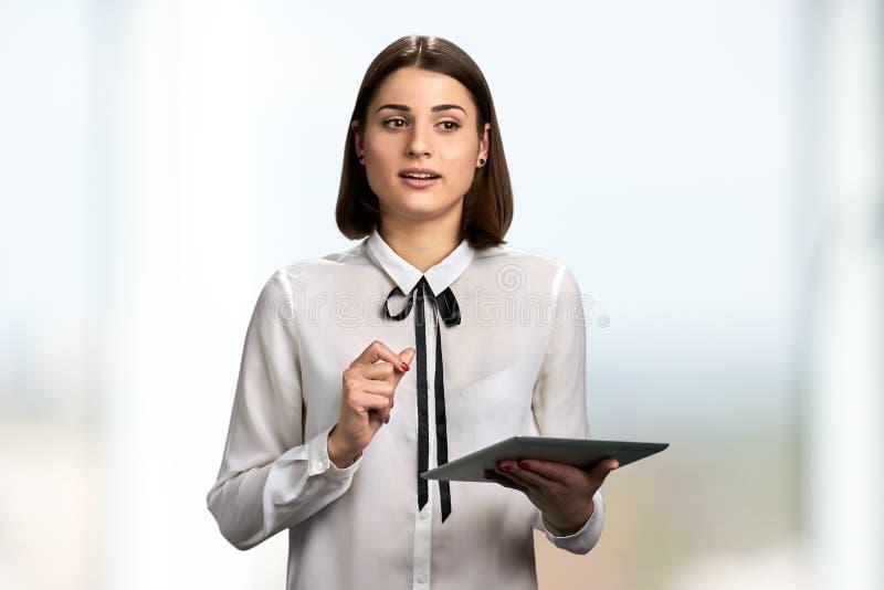 Myśląca kobieta z komputer osobisty pastylką obrazy royalty free