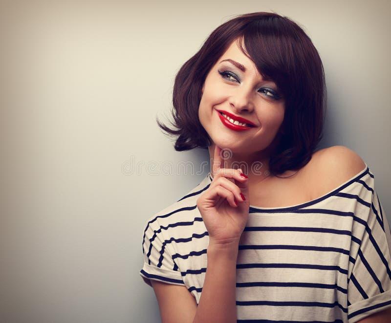 Myśląca szczęśliwa młoda nowożytna kobieta patrzeje na kopii przestrzeni zbliżenie obraz stock