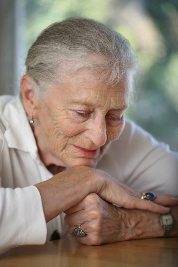 myślące starsza kobieta obraz royalty free