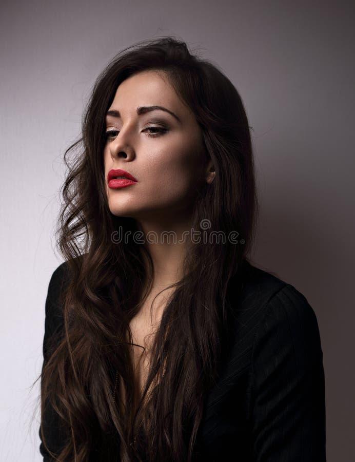 Myślącej emoci piękna kobieta patrzeje smutny z czerwoną pomadką a zdjęcia royalty free