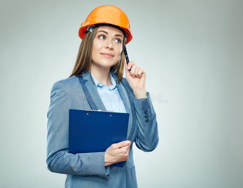 Myślący biznesowej kobiety budowniczego mienia schowek z kontraktem obraz royalty free