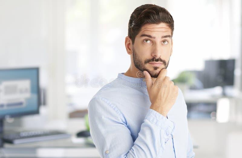 Myślący mężczyzna przy biurem zdjęcia royalty free