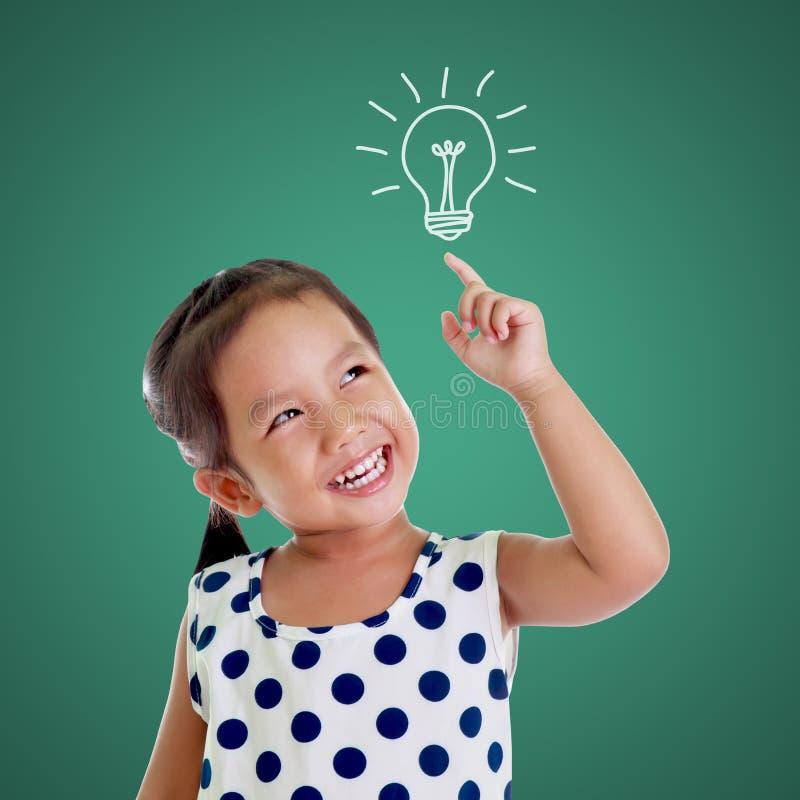 Myślący szczęśliwy dzieciak z pomysł żarówką obraz royalty free