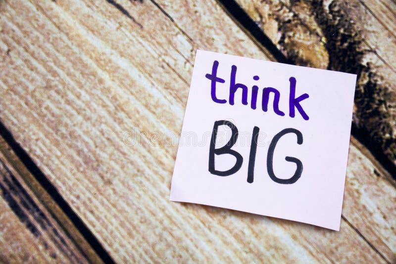 Myśleć dużych ręcznie pisany słowa na białym papierze z drewnianą barkentyną jako tło Pozytywne wiadomości na mieszkaniu kłaść po fotografia stock