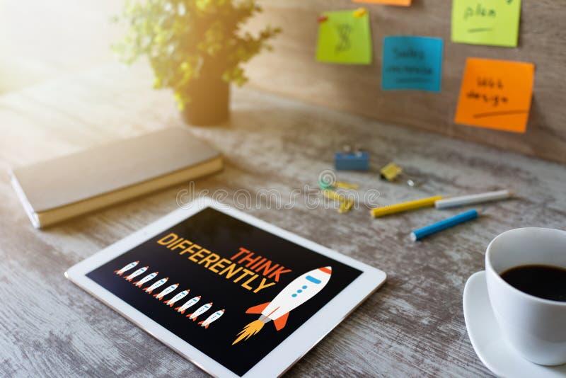 Myśleć inaczej, umysł outside pudełko, twórczość, innowacji pojęcie na ekranie zdjęcie stock