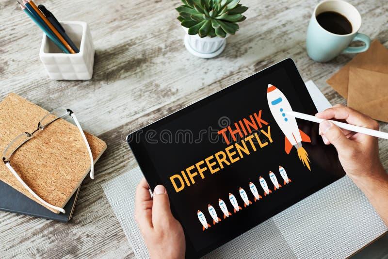 Myśleć inaczej, umysł outside pudełko, twórczość, innowacji pojęcie na ekranie obrazy royalty free