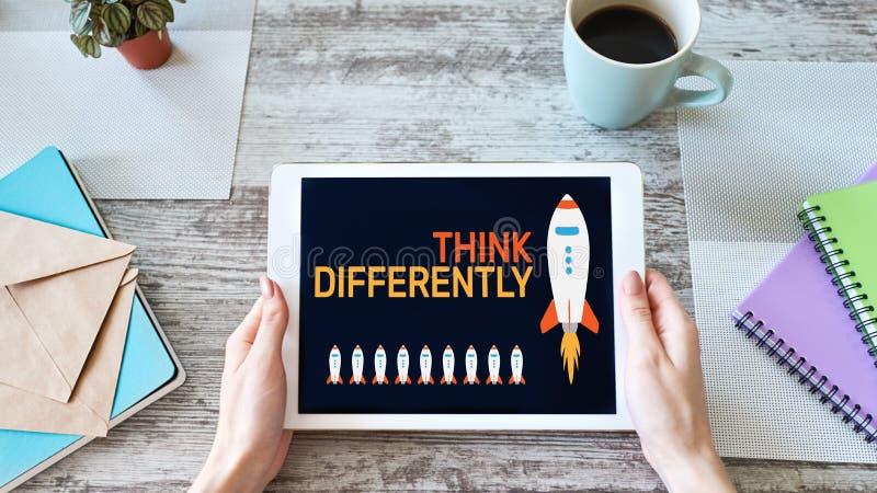 Myśleć inaczej, umysł outside pudełko, twórczość, innowacji pojęcie na ekranie zdjęcia royalty free