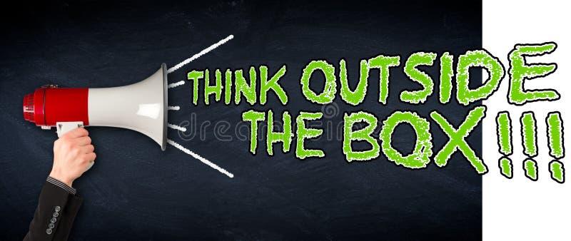 Myśleć outside pudełkowaty szeroki megafonu blackboard biznesu backgro obraz royalty free