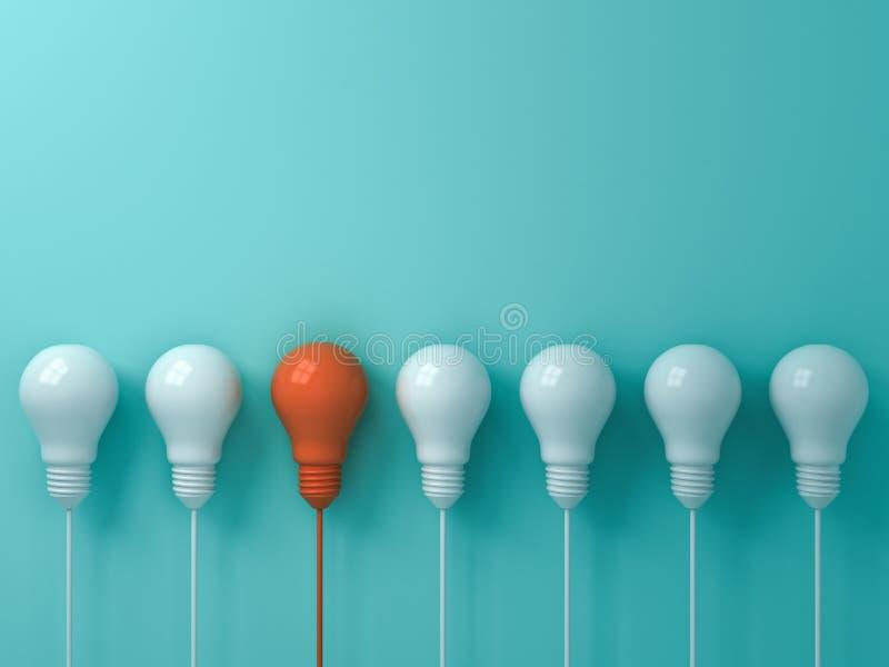 Myśleć różny Jeden pojęcia wiszącą pomarańczową żarówkę stoi out od światło białe żarówek na błękitnym pastelowego koloru ściany  royalty ilustracja