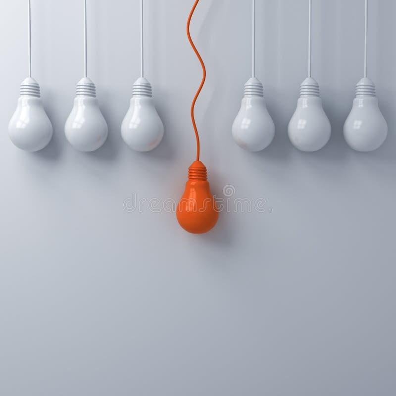 Myśleć różny Jeden pojęcia wiszącą pomarańczową żarówkę stoi out od ciemnawych unlit światło białe żarówek na biel ściany tle royalty ilustracja