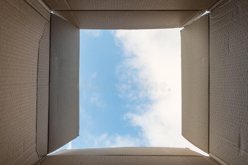 Myśleć z pudełka lub wolności pojęcia Twórczość lub główkowanie na zewnątrz pudełka Insynuuje inspiracyjne myśli, jaskrawi nowi p obraz royalty free