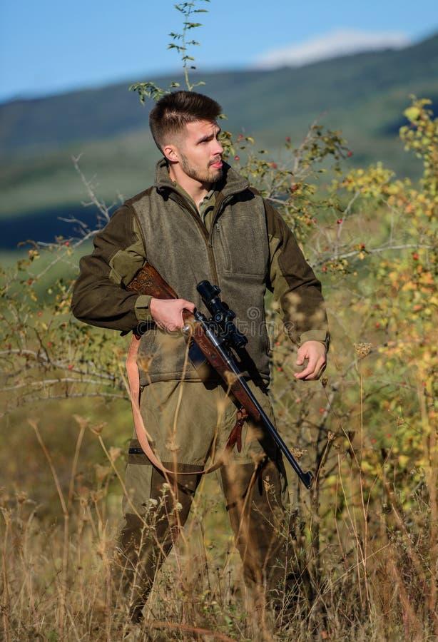 Myśliwego brodaty kłusownik szuka ofiary Kłusownik z karabinem w natury środowisku Bezprawny polowanie Niedozwolony polowanie obrazy royalty free