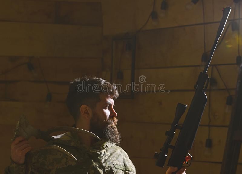Myśliwego pojęcie Macho na surowej twarzy przy gajowymi mieści gotowego dla tropić Myśliwy brutalny z pistoletem i rogami rogacz obrazy stock