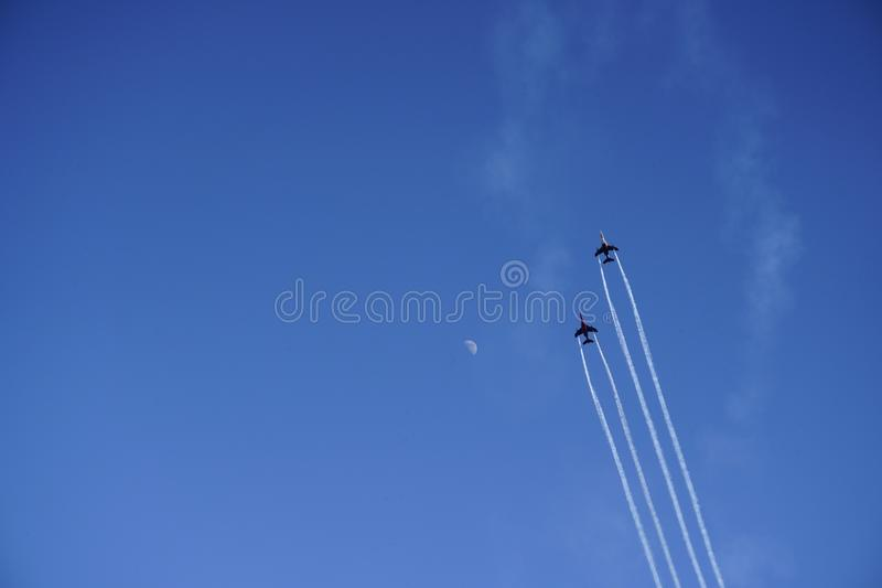 Myśliwowie na niebieskim niebie z księżyc zdjęcia stock