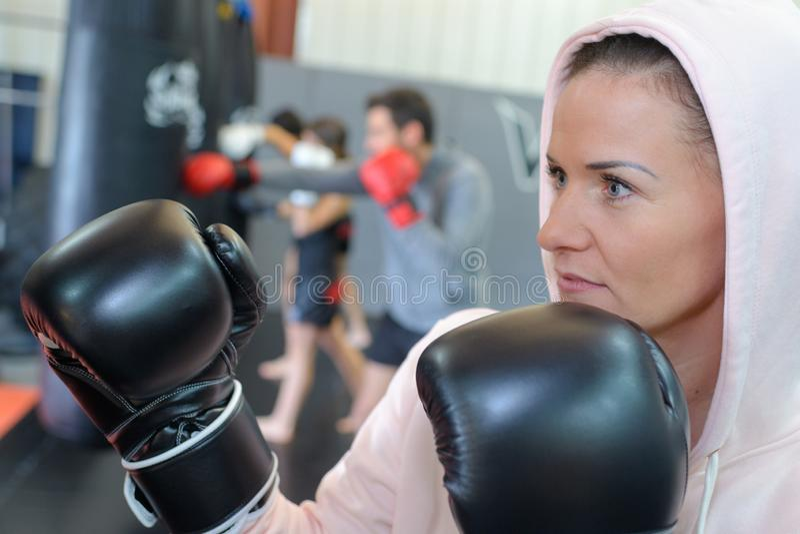 Myśliwska dziewczyna w gym z boks torbą obraz royalty free