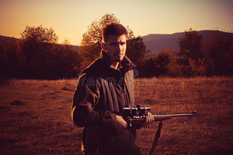 Myśliwy z flinta pistoletem na polowaniu Bezprawny Łowiecki kłusownik w lesie obraz stock