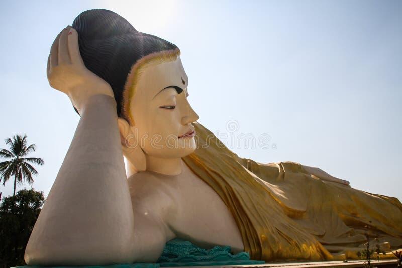 Mya Tha Lyaung som vilar Buddha, en av de störst i världen, Bago, Bago region, Myanmar royaltyfri bild