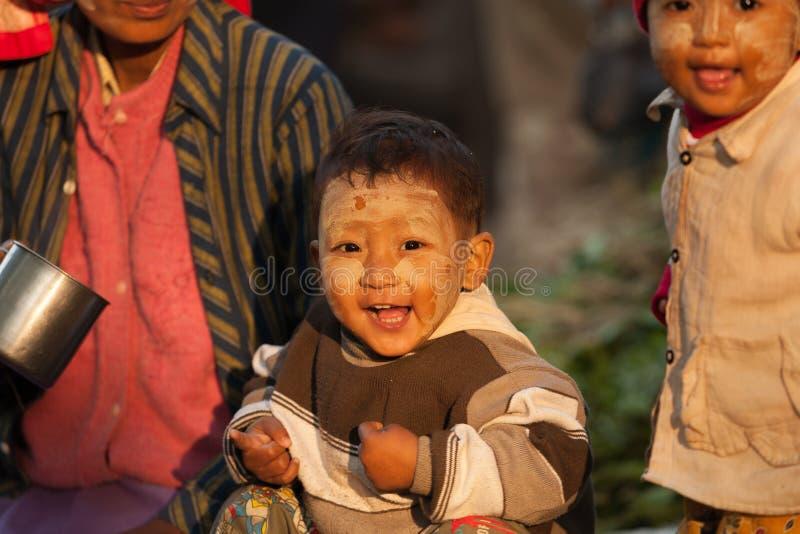 Myanman-Junge am Markt lizenzfreies stockfoto