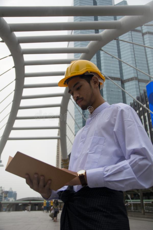 Myanmar affärsmanbegrepp av att diskutera med kopieringsutrymme för lodisar arkivbild