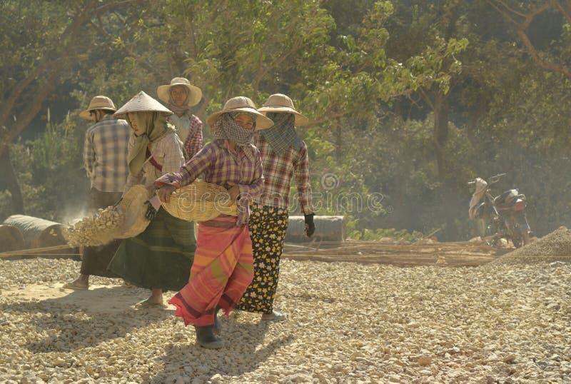 Myanmar-Arbeitskraftstraßenreparatur stockbild