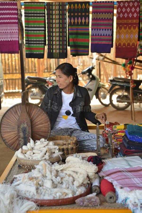Myanmar Bagan que vende a rua do lenço da roupa imagens de stock