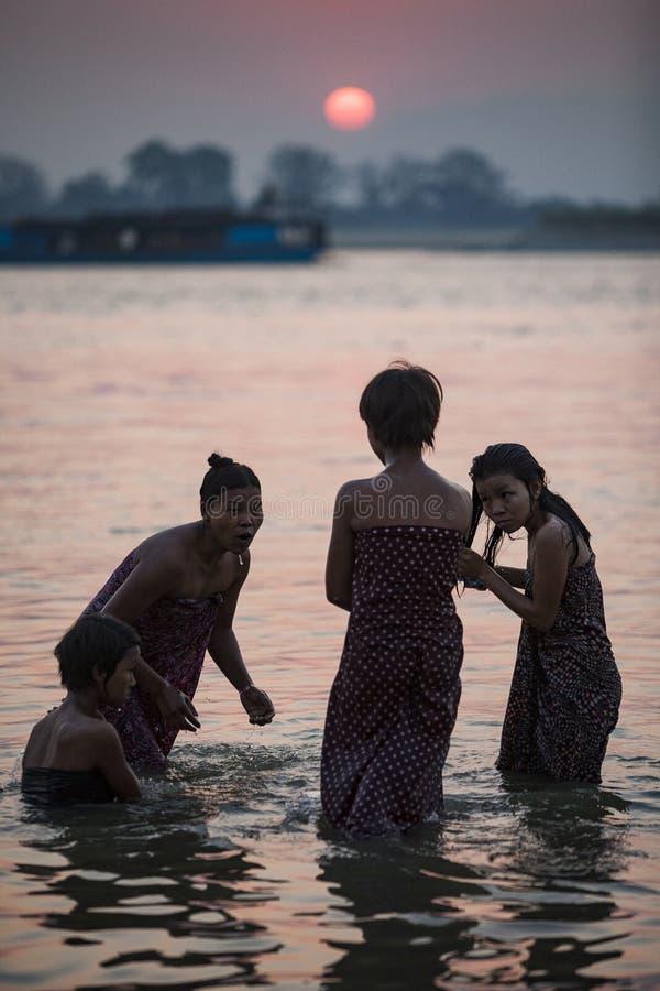 Myanmar - bain de matin à l'intérieur de rivière d'Irrawaddy photos stock