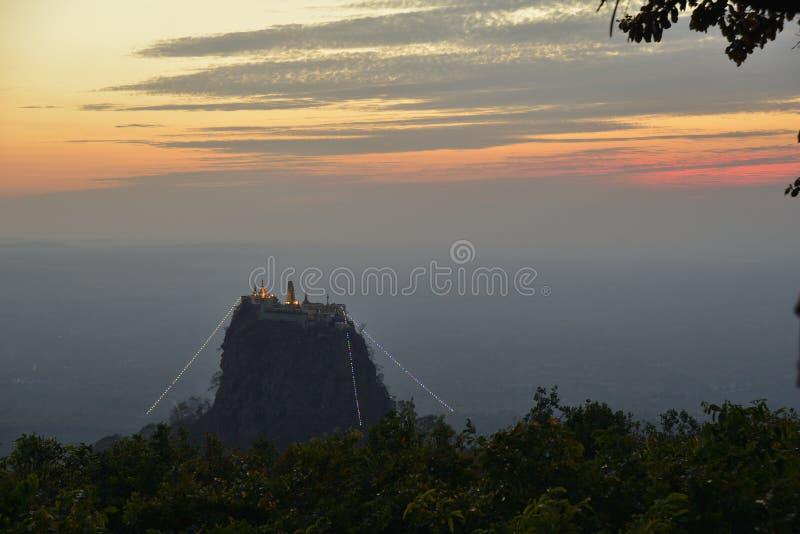 Myanmar Birma Popa Mountain de zonsondergangscène van de overblijfselplaats royalty-vrije stock afbeelding