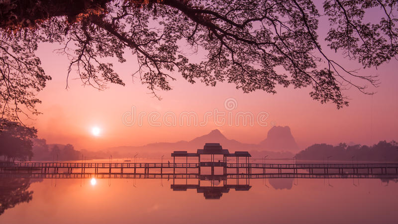Myanmar (Burma) Hpa en sjö på soluppgång Asiatisk gränsmärke royaltyfria bilder