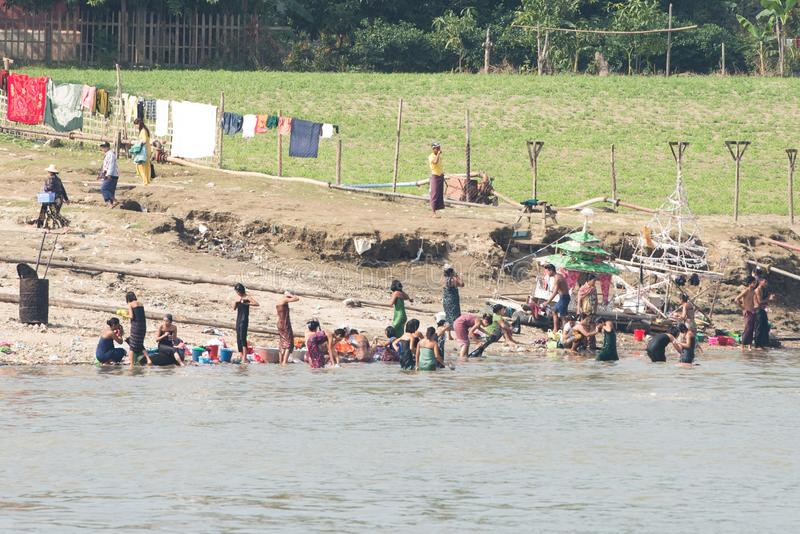 Myanmar de mensen nemen een bad in Irrawaddy-rivier De haven van de Sagaingsstad voor toeristenreis naar mingun en pahtodawgyipag stock fotografie
