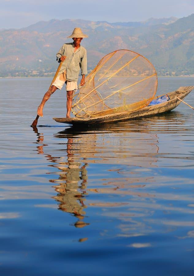 myanmar för ben för fiskareinlelake roddare arkivbild
