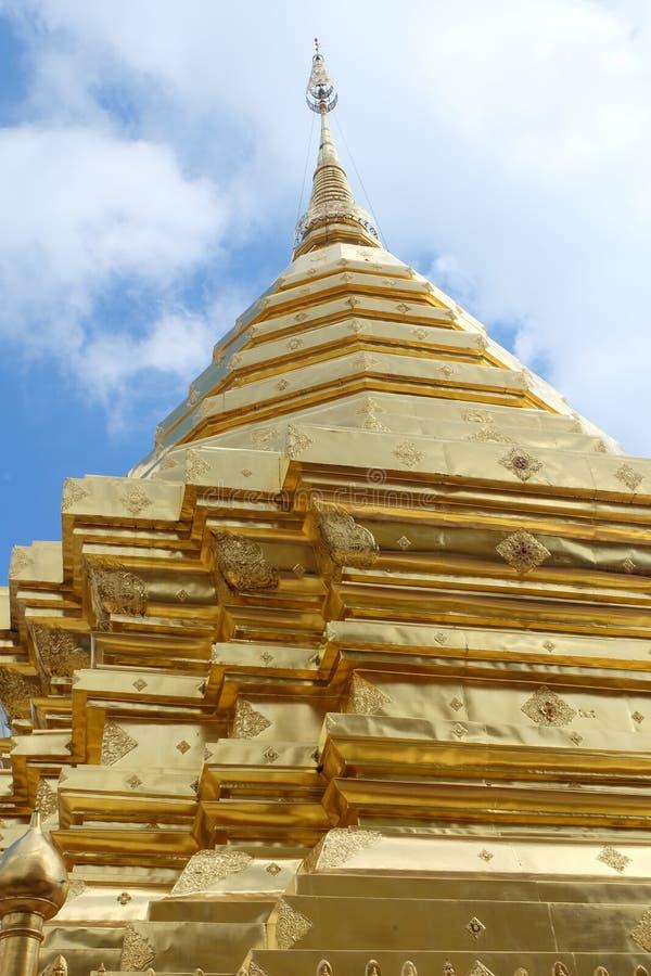Myanmar-Goldpagode auf klarem blauem Himmel mit Wolke lizenzfreie stockfotos
