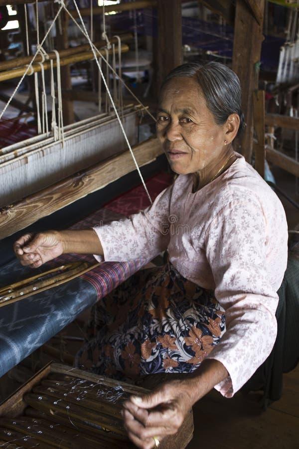Myanmar-handwebstuhlfrau lizenzfreie stockfotos
