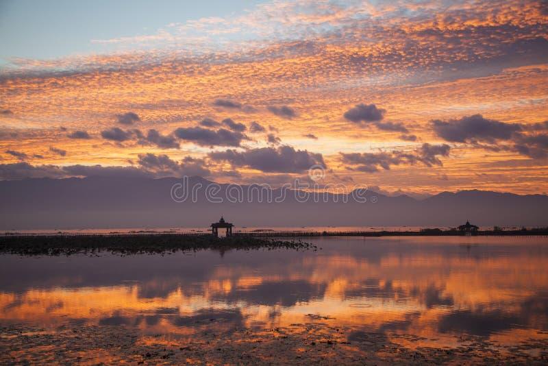 Myanmar, Inle jezioro, wschód słońca obrazy stock