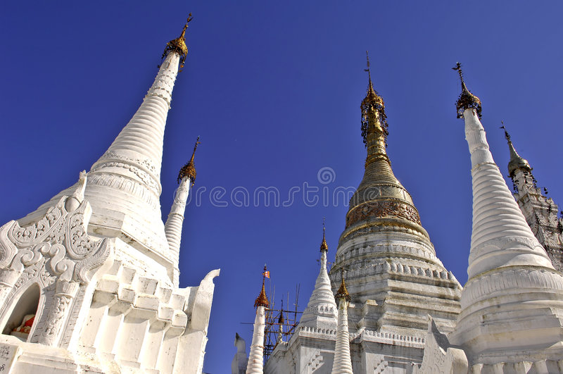 Myanmar, lago Inle: stupas imagen de archivo