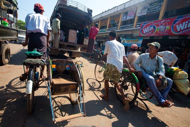 Myanmar le 30 janvier. Opérateurs de Trishaw dans le Mya photographie stock