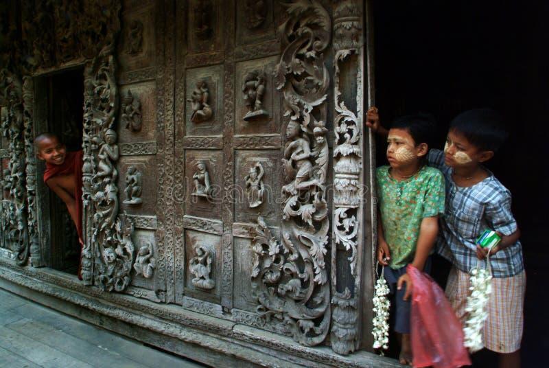 Myanmar młode chłopiec i młody nowicjusza michaelita przy Shwenandaw monasterem obraz royalty free