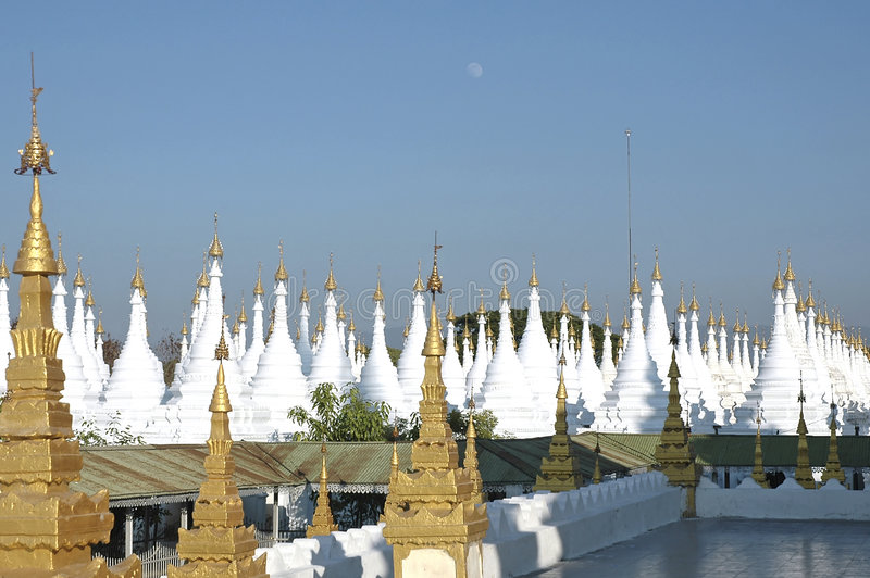 Myanmar, Mandalay: Stupas do pagoda de Kuthodaw imagem de stock