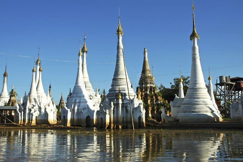 Myanmar, meer Inle: stupas stock fotografie