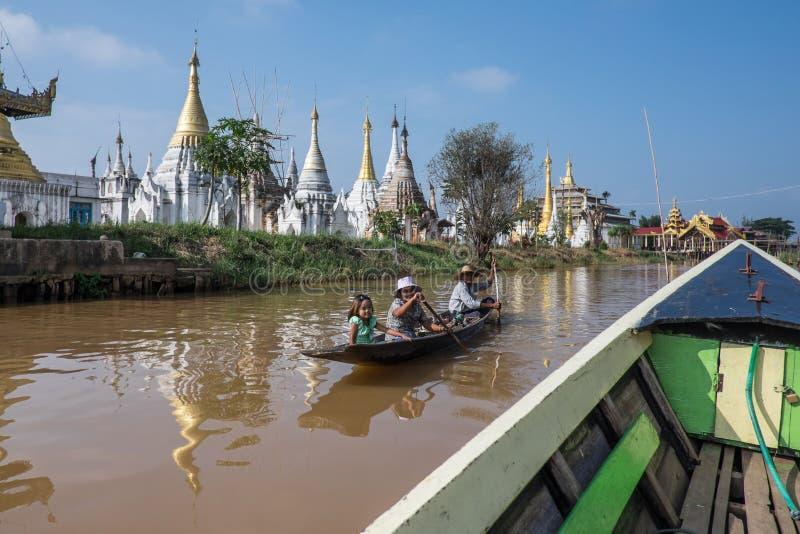 MYANMAR - 15 OCTOBRE : Gens du pays de ferry d'opérateurs de Trishaw de marché photo stock