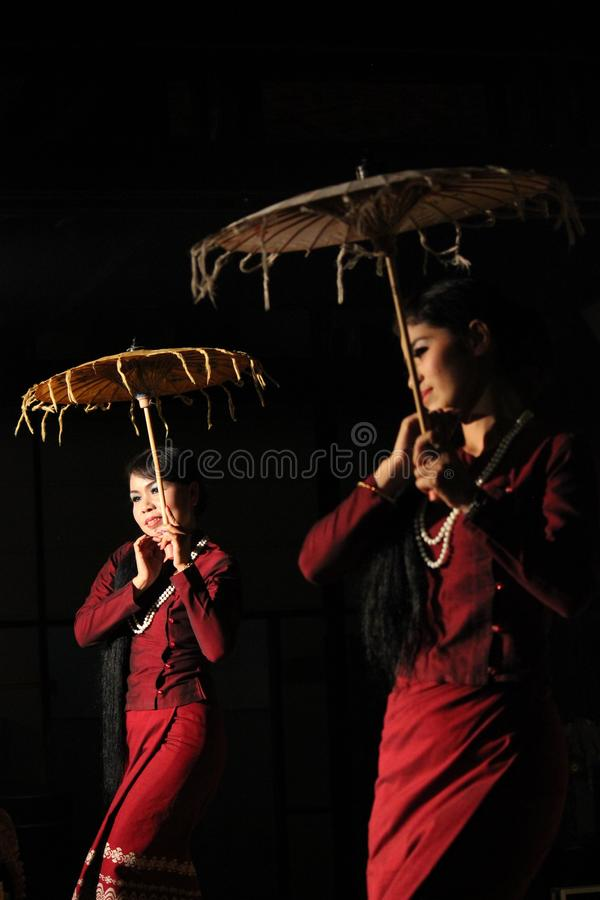 Myanmar-Regenschirm-Tanz stockfoto