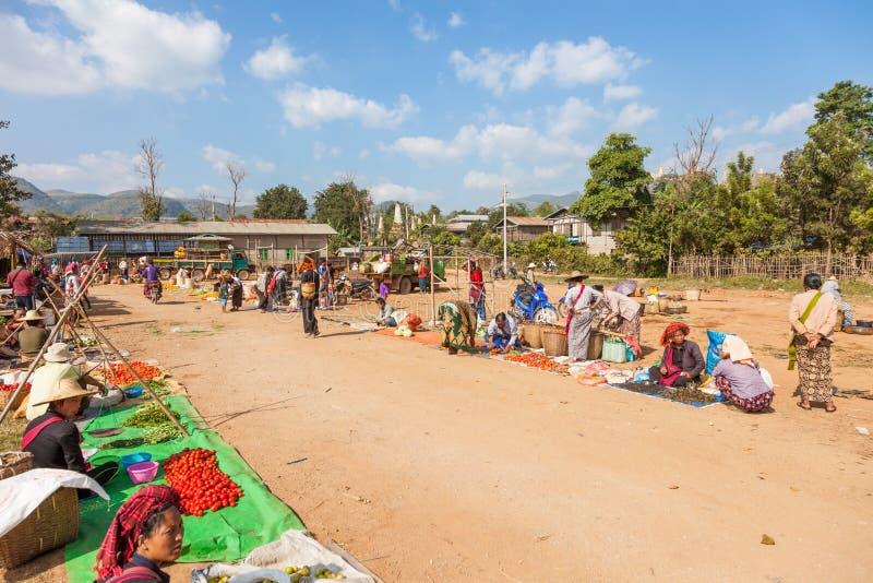 myanmar söndag marknad i den Ywama byn royaltyfria bilder