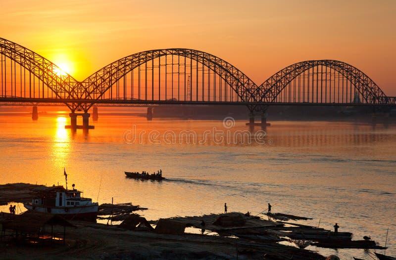 myanmar Solnedgång på floden Irawadi fotografering för bildbyråer