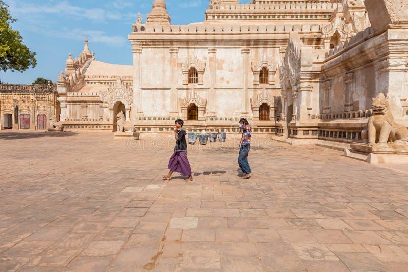myanmar Trabalhadores de Ananda Temple foto de stock