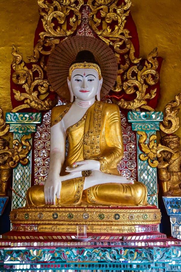 Myanmar wit Boedha Beeldstandbeeld stock foto's