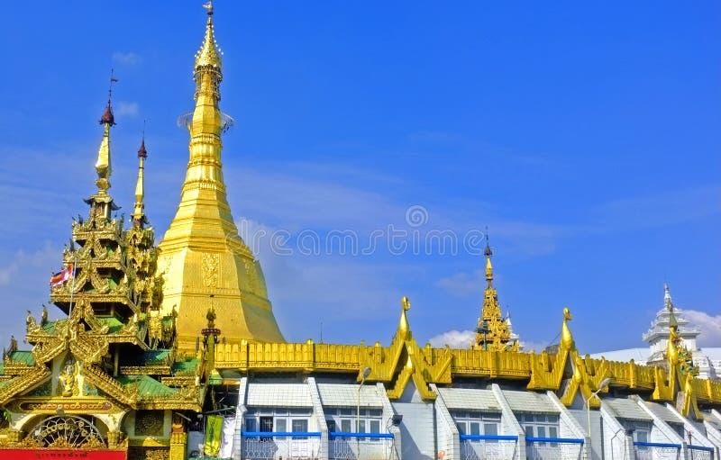 Myanmar Yangon - Januari 17, 2019: Sule Pagoda guld- buddistisk stupa royaltyfri foto