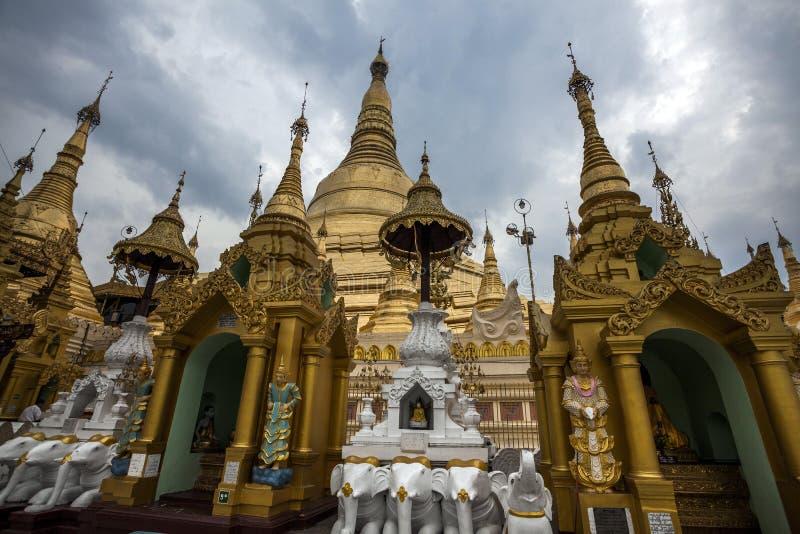 Myanmar - Yangon - o GRANDE PAGODE de SHWEDAGON imagem de stock royalty free