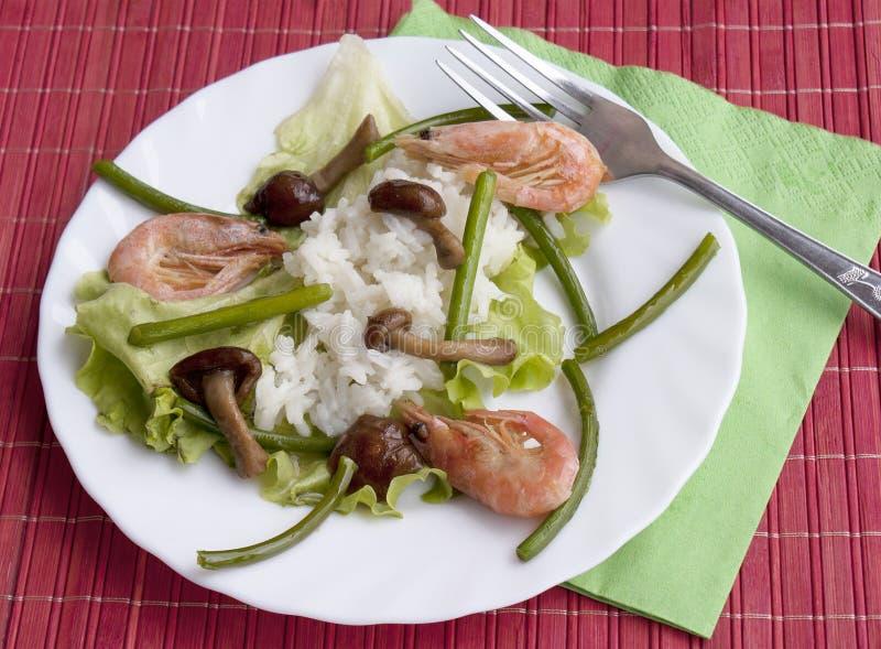 Mycètes frits appétissants avec du riz et la crevette bouillie photo stock