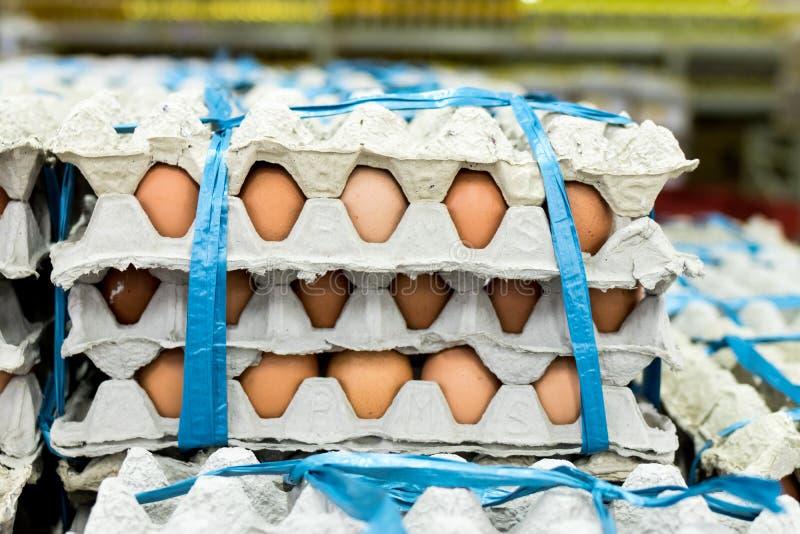 Mycket ägg i panelskärm som är till salu i den lokala marknaden för ny mat, tropisk Bali ö, Indonesien arkivfoto