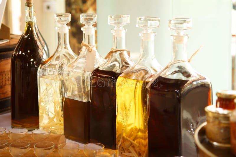 Mycket alkohol på tabellen arkivfoton